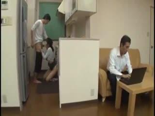 【乱伦】巨乳妈妈 和儿子背着老公和儿子在厨房做爱 中文字幕
