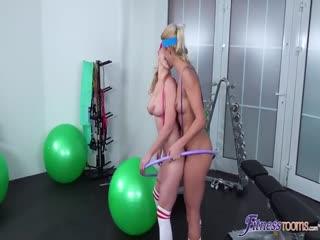 [勾引3P]两个健身美妇女轮流骑着教练的脸和硬鸡巴
