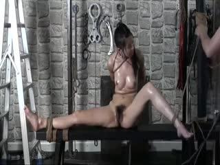 刑具房捆绑调教国模英子往她身上摸油