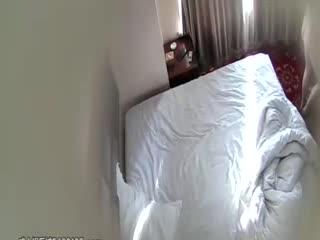 [偷情]小旅馆偷拍貌似很饥渴大白天偷情男女进来就迫不及待开草玩的姿势还不少