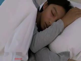【乱仑】未成年的小妹妹 在家睡觉被爸爸拉起来大鸡巴插入