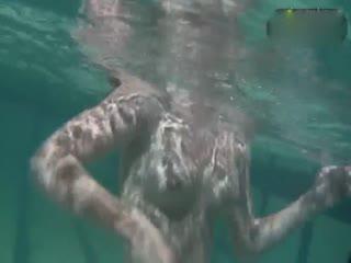 丰满小美女泳池内全裸花样游泳