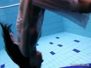 大奶美女全裸泳池秀屁股好翘