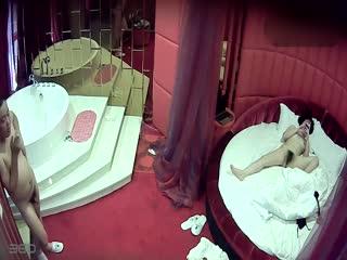 偷情男女情趣酒店被偷拍...