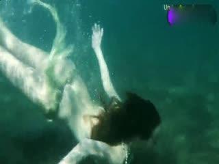 棕红发小美女在海边潜水裸泳
