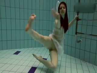 白皙无毛少女透视装泳池底大秀