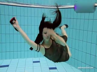 皮肤貌美黑丝性感美女全裸泳池秀