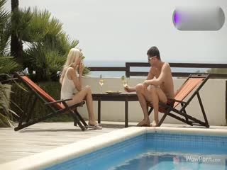 肌肉男在沙滩椅上双飞金发美少妇...