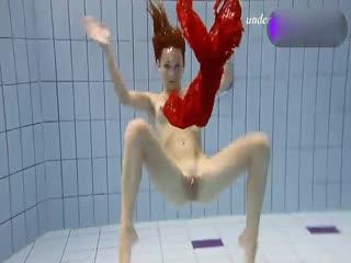 红衣少妇全裸泳池内嬉戏