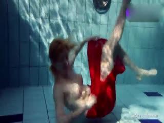 红衣美女水底热舞露逼大秀
