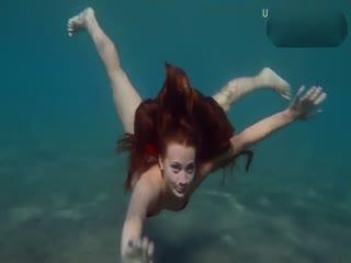 超性感比基尼少女在海底潜泳...