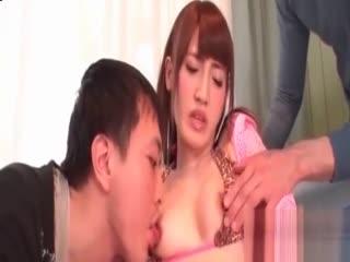 Karin Aizawa让两个男人去砸她的湿洞