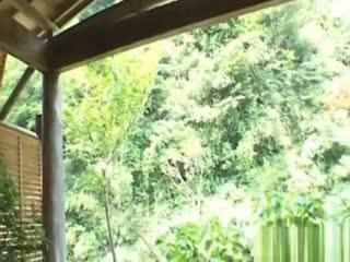 山口泉漂亮的亚洲宝贝和她剃光的小猫咪玩