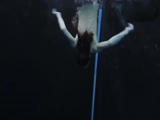 美女泳池内大跳性感脱衣舞