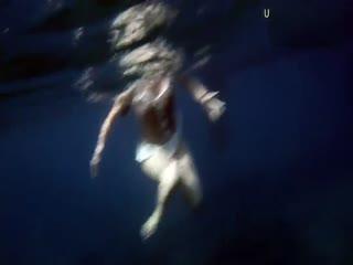肤白貌美小萝莉在海边裸泳