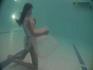 超正少女透视装全裸泳池秀