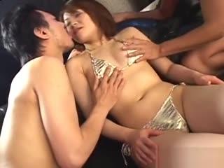 瑞穗原三人日本男优喜欢吮吸bb和填补她的