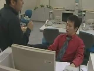 【有码】【日韩淫乱】在办公室里,老公偷偷把同事换来操自己老婆_1...