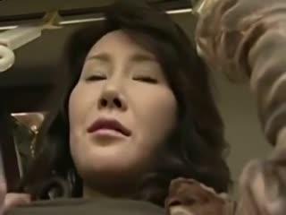 [另类][日韩]公车上的艳遇,在车上扣B不过瘾,直接到女的家里干_1
