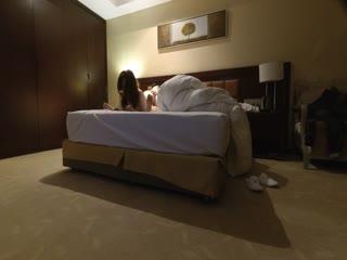 96年女神级童颜气质大学美女酒店援交土豪时被猛男各种高难度姿势狠狠爆操,干的美女腿发软躺那不动了!