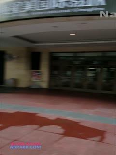 [网曝门事件]藝術 游離繁華都市的靈魂 短髮妹全裸行走於商圈教學樓車站天橋